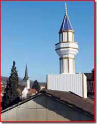 Minarett und Kirchturm in der Schweiz